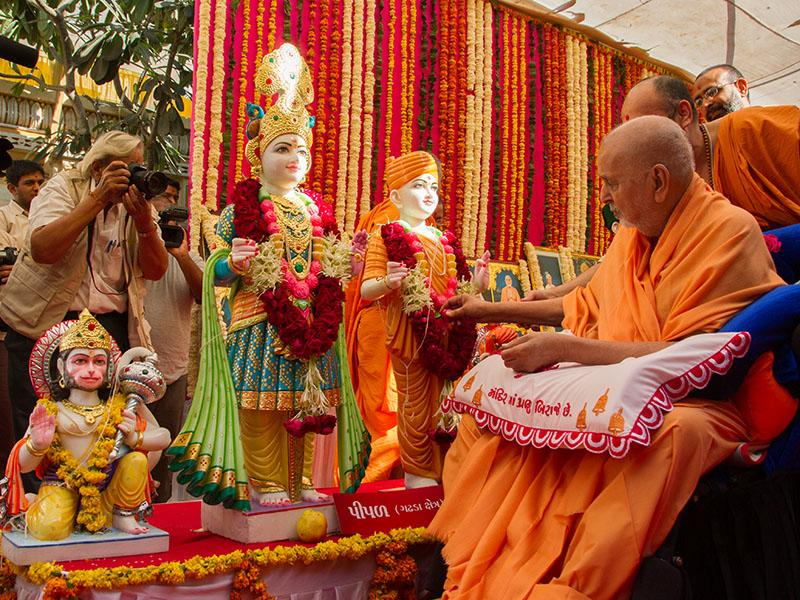 Swamishri performs pujan of murtis for Pipal Mandir