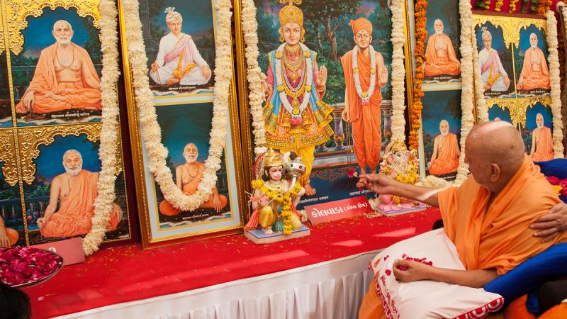 Swamishri performs pujan of murtis for Kolvada Mandir