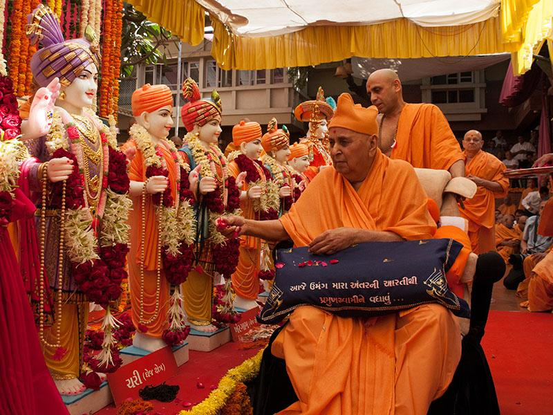 Swamishri performs pujan of murtis for Chari Mandir