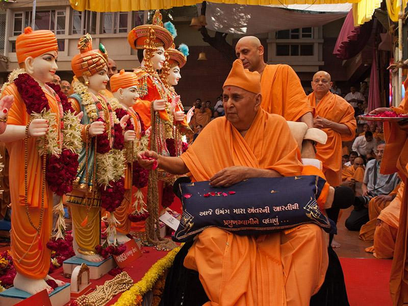 Swamishri performs pujan of murtis for Bhavada Mandir