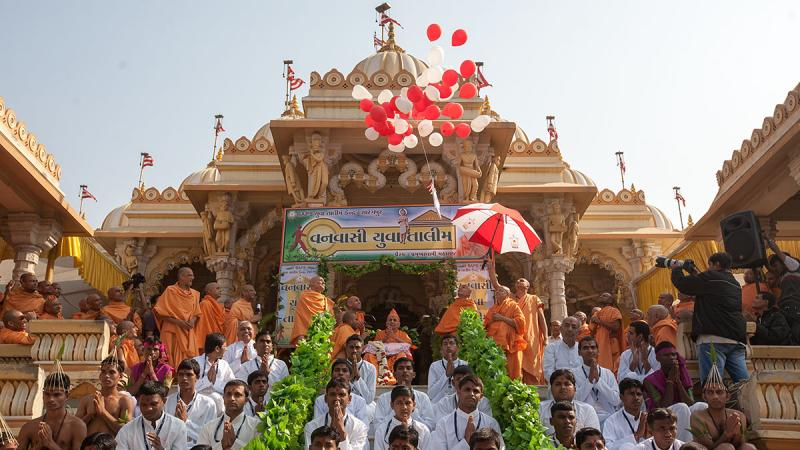 Swamishri releases inauguration balloons