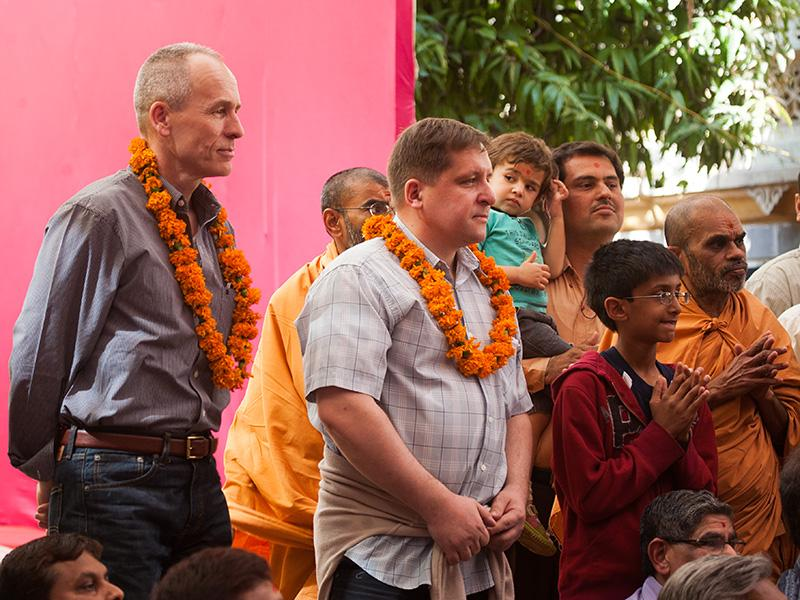 Devotees and wellwishers doing darshan of Swamishri