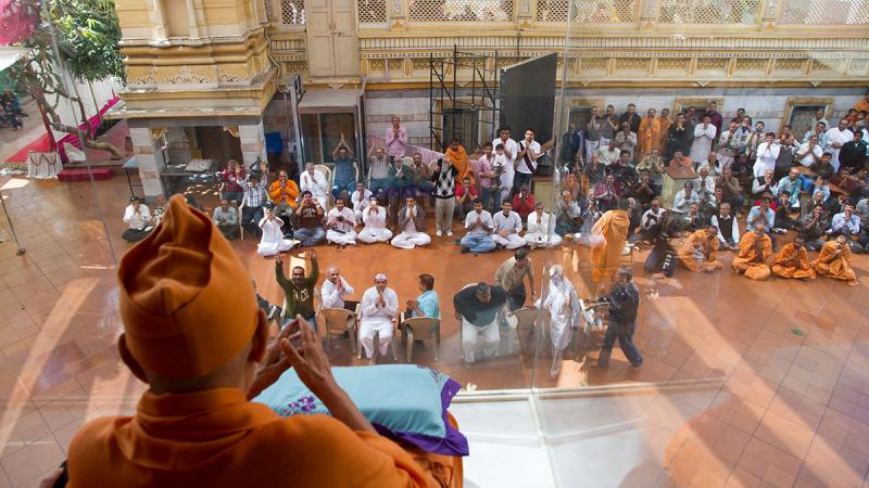 HH Pramukh Swami Maharaj arrives in the gallery at 1.17 pm