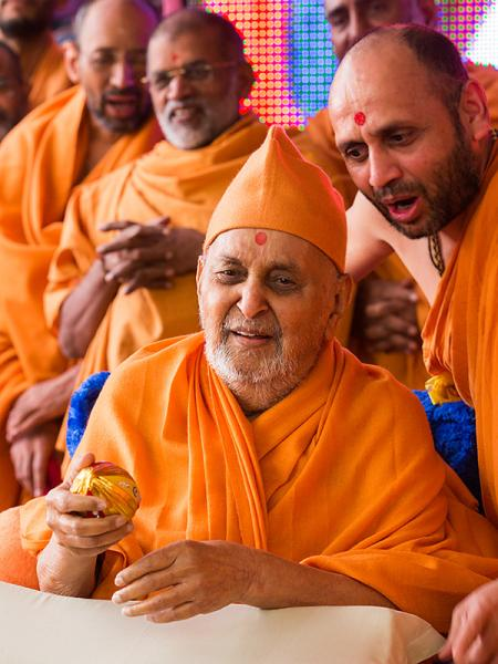 Swamishri sanctifies the decorated coconut