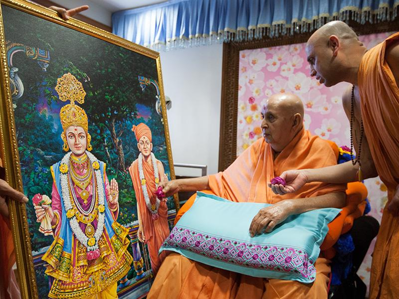 Swamishri sanctifies a murti