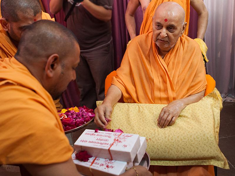 Swamishri sanctifies bricks for BAPS Shri Swaminarayan Mandir at Jalandhar, Punjab, India