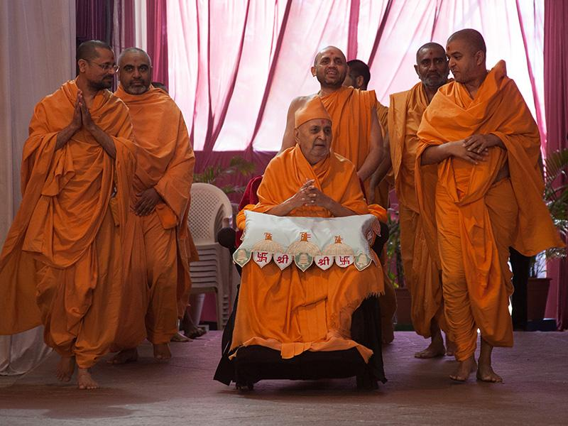 HH Pramukh Swami Maharaj arrives for Thakorji's darshan at 12:15 pm