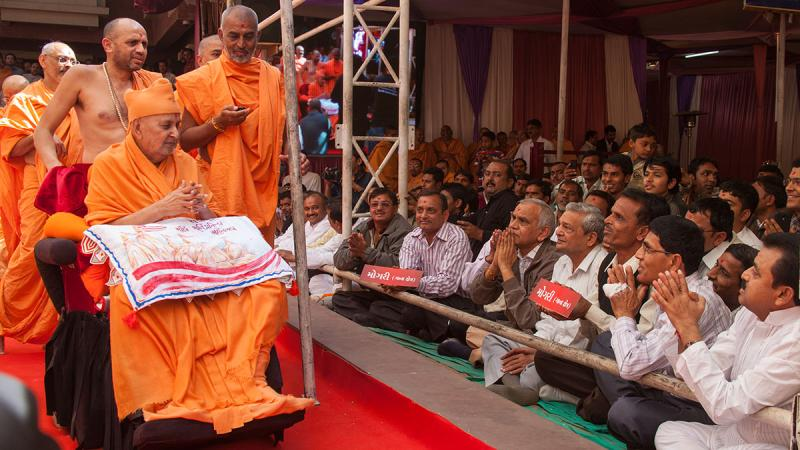 Swamishri blesses devotees from Mogri