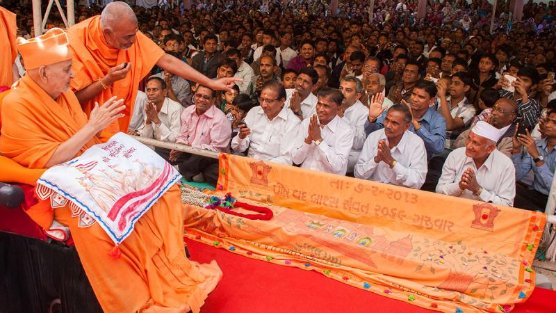 Swamishri blesses devotees from Selvas