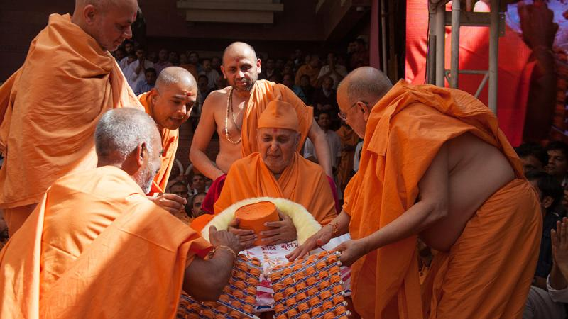 Sadhus honor Swamishri with a garland made of 900 symbolic 'paags'
