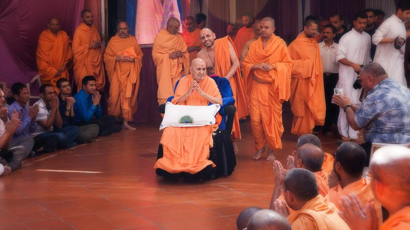 HH Pramukh Swami Maharaj arrives for Thakorji's darshan at 12:57 pm