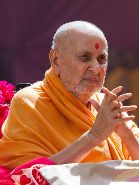 HH Pramukh Swami Maharaj arrives for Thakorji's darshan at 12:49 pm