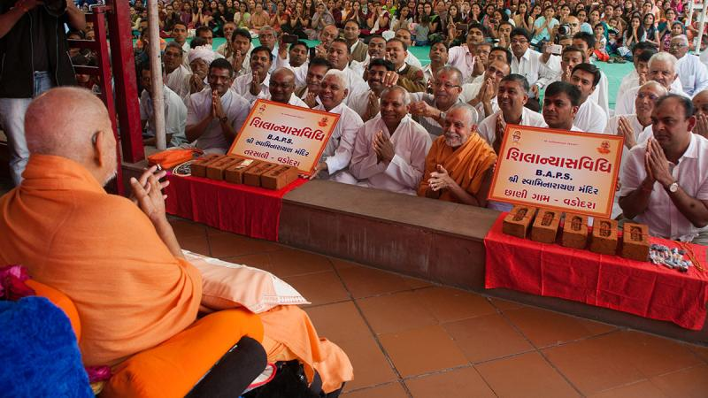 Swamishri sanctifies bricks to start construction of new BAPS Shri Swaminarayan Mandirs at Tarsali and Chhani Gam, suburbs of Vadodara