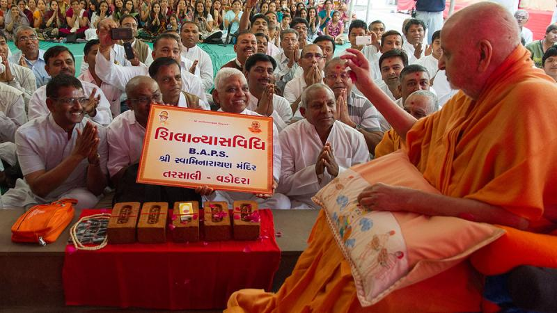 Swamishri sanctifies bricks for Tarsali Mandir