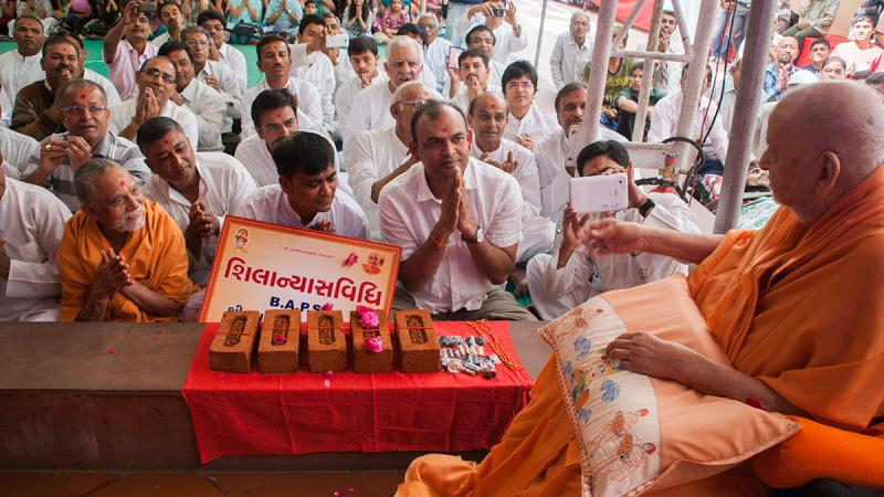 Swamishri sanctifies bricks for Chhani Gam Mandir
