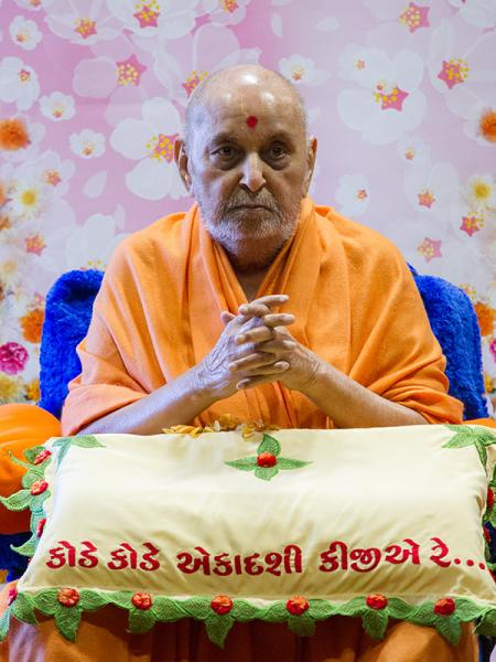 Swamishri greets with 'Jai Swaminarayan' after his puja