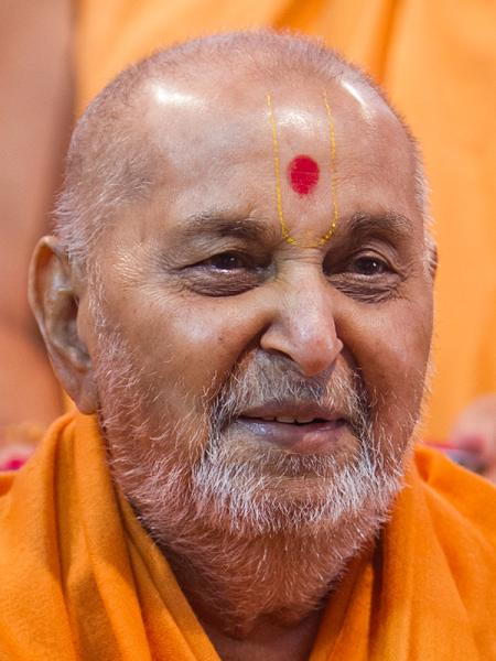 HH Pramukh Swami Maharaj arrives for Thakorji's darshan at 12:05 pm