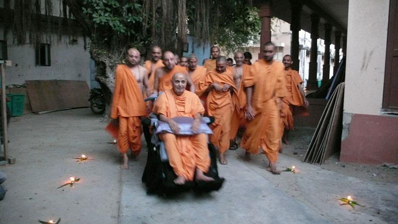 Swamishri arrives for the anniversary celebration assembly in the evening