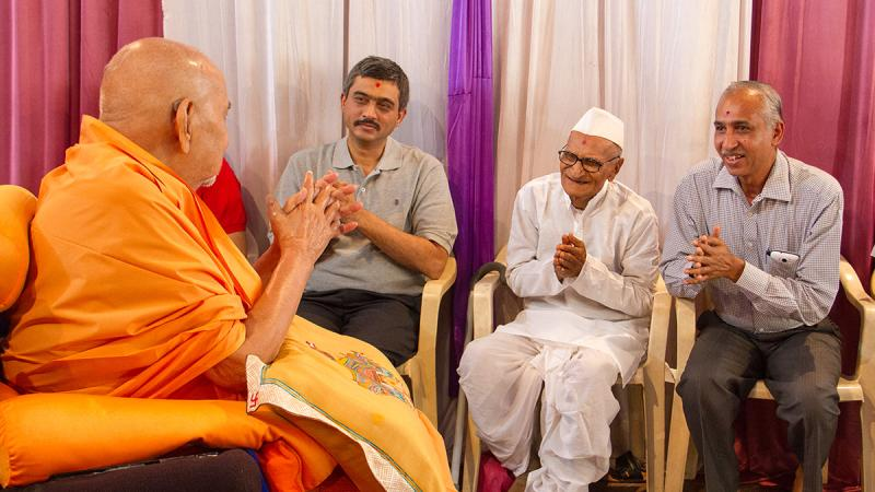 HH Pramukh Swami Maharaj arrives for Thakorji's darshan at 11:48 am