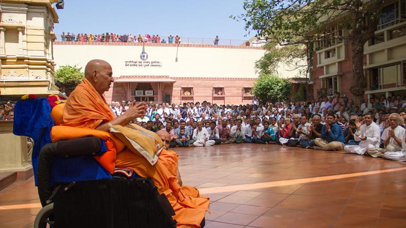 Swamishri joins in singing dhun in memory of Pujya Balmukunddas Swami