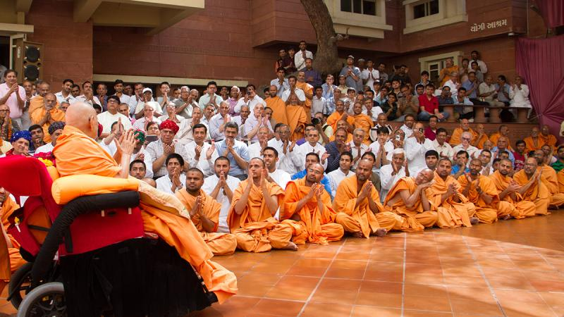 Devotees doing darshan of Swamishri