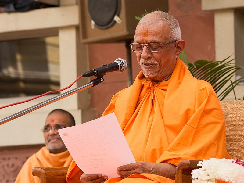 Pujya Doctor Swami reads Swamishri's blessings