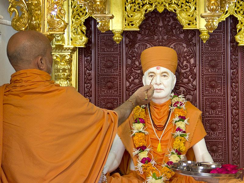 ... Pujya Viveksagar Swami performs pratishtha rituals of the murti of Pramukh Swami Maharaj