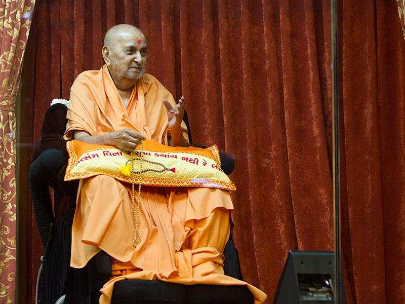 Swamishri observes the skit