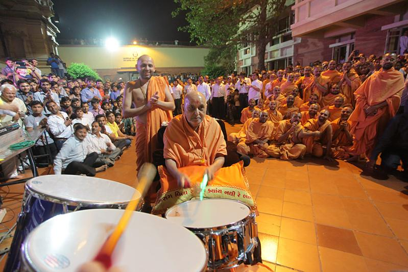 Swamishri plays drums