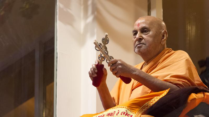 Swamishri plays tambourine