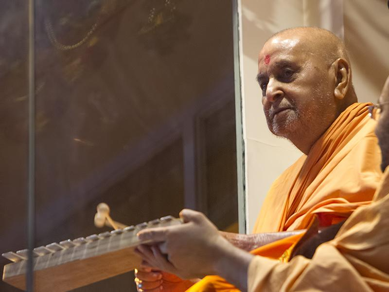 Swamishri plays xylofone