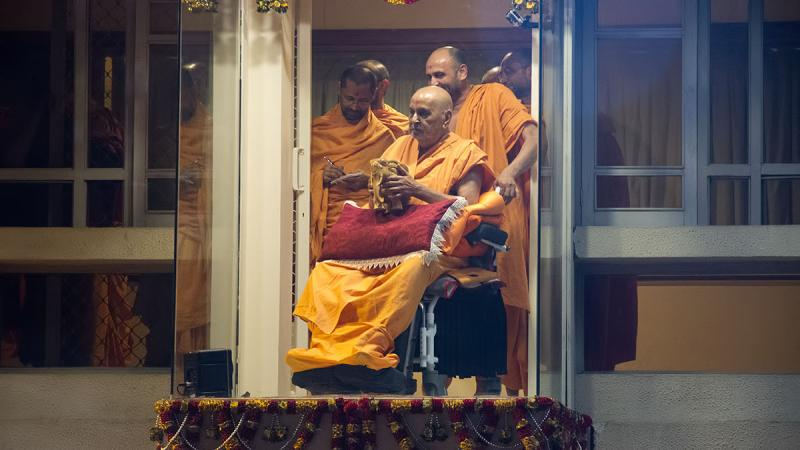 Swamishri's evening darshan, celebrated with an elephant procession