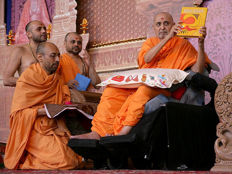Swamishri inaugurates 'Hinduism, An Introduction', a new publication, by Swaminarayan Aksharpith