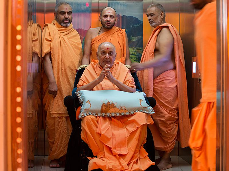 HH Pramukh Swami Maharaj arrives for Thakorji's darshan at 12:24 pm