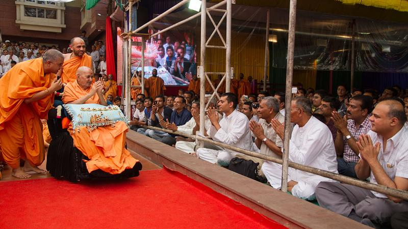 Swamishri blesses devotees from Mahesana
