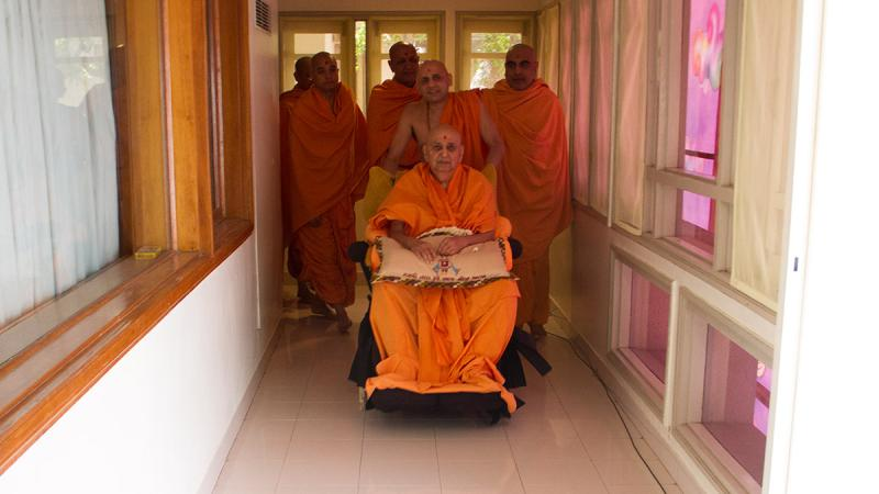 HH Pramukh Swami Maharaj arrives in balcony at 11:48 am