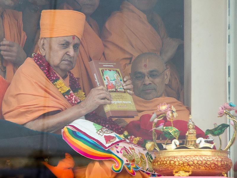 Swamishri inaugurates 'Akshar-Purushottam Mahatmyam,' a set of scholarly books