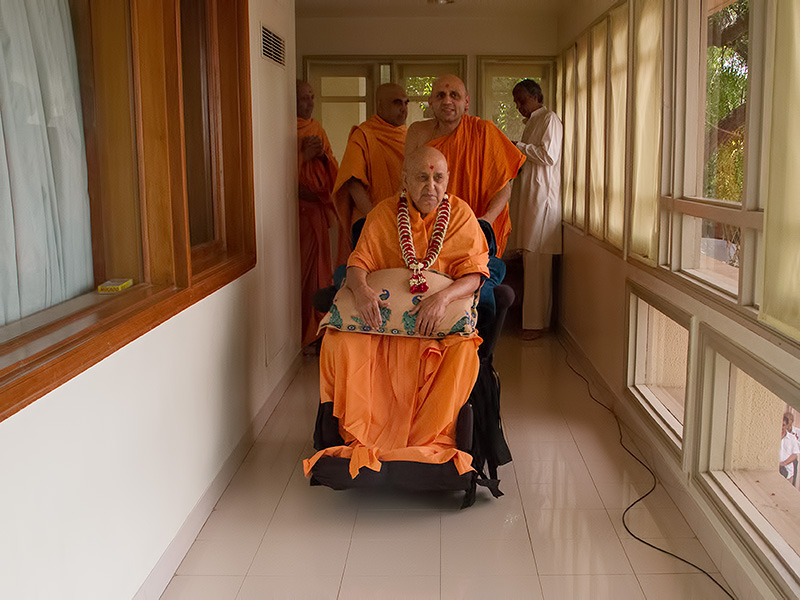 HH Pramukh Swami Maharaj arrives in balcony at 12:14 pm