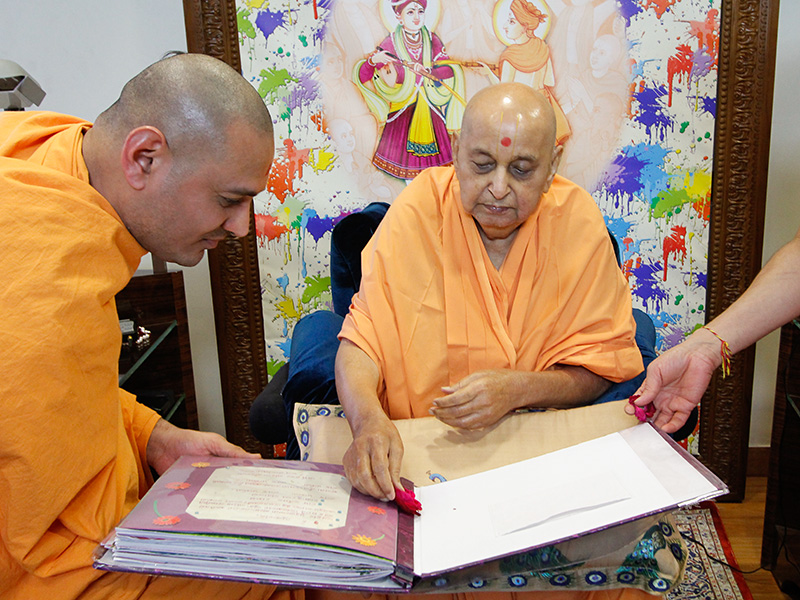 Swamishri sanctifies an album