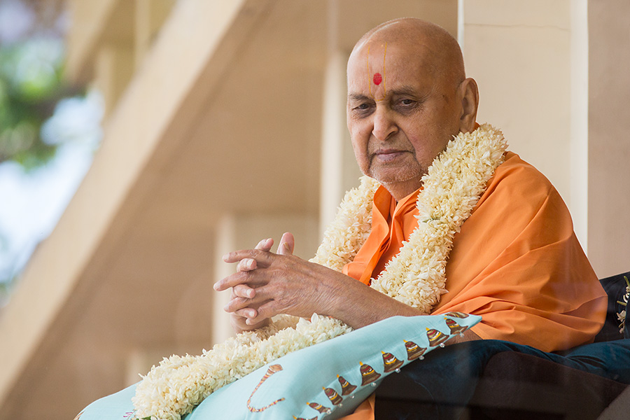 HH Pramukh Swami Maharaj arrives in balcony at 12:06 pm
