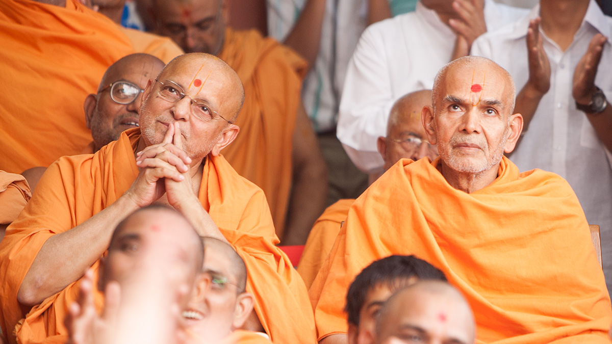 Senior sadhus doing darshan of Swamishri