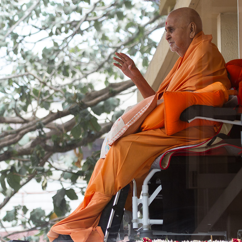 HH Pramukh Swami Maharaj arrives in balcony at 1:46 pm