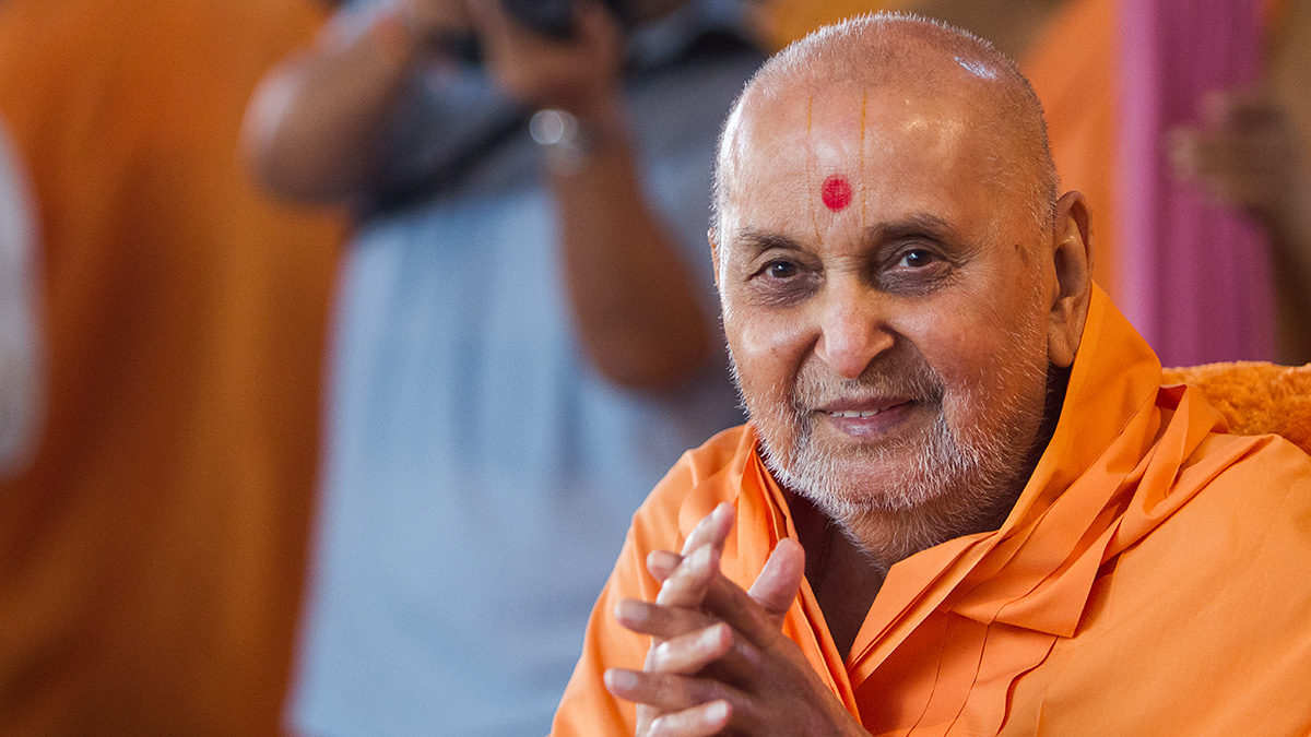 HH Pramukh Swami Maharaj arrives for Thakorji's darshan at 11:40 am