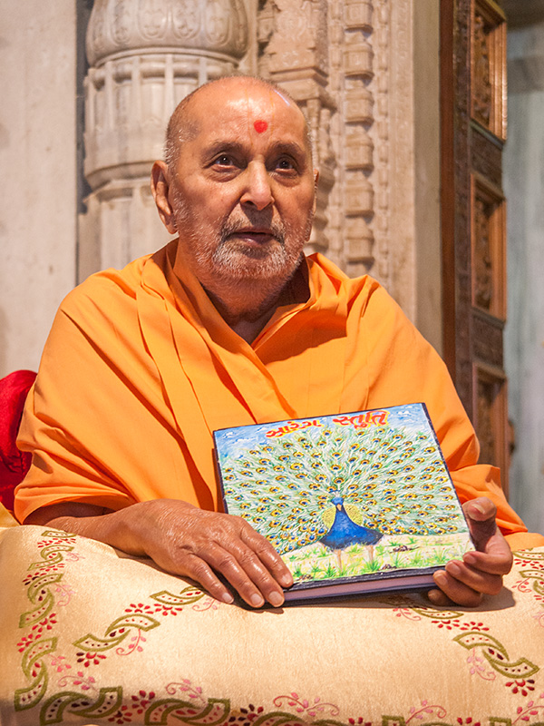Swamishri sanctifies a book 'Sarang Stuti'