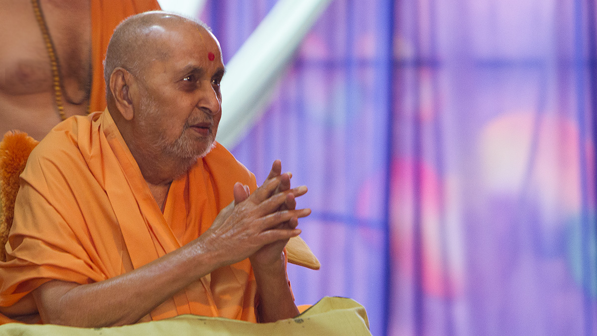 HH Pramukh Swami Maharaj arrives for Thakorji's darshan at 12:33 pm