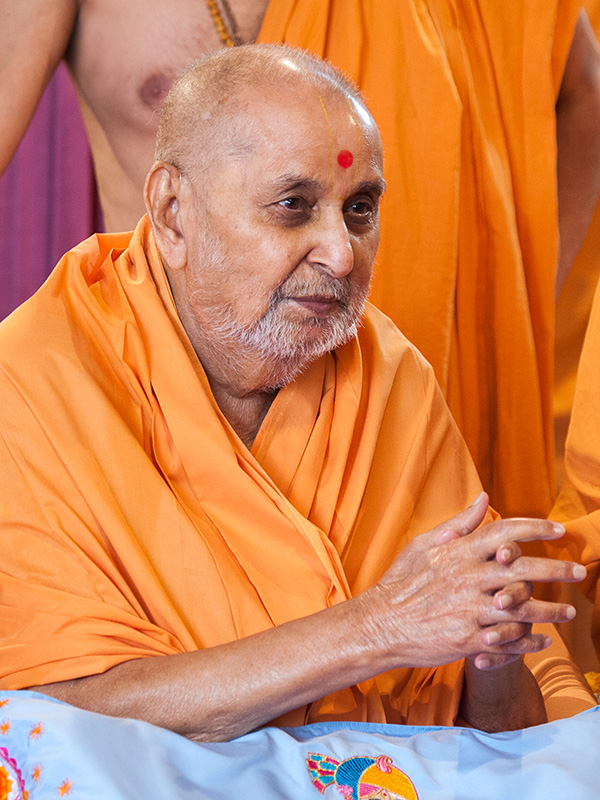 HH Pramukh Swami Maharaj arrives for Thakorji's darshan at 12:09 pm