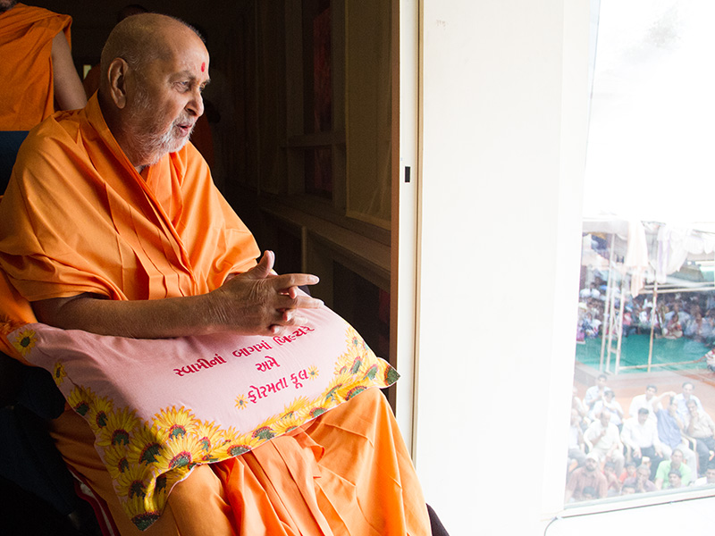 HH Pramukh Swami Maharaj arrives in balcony at 12:32 pm