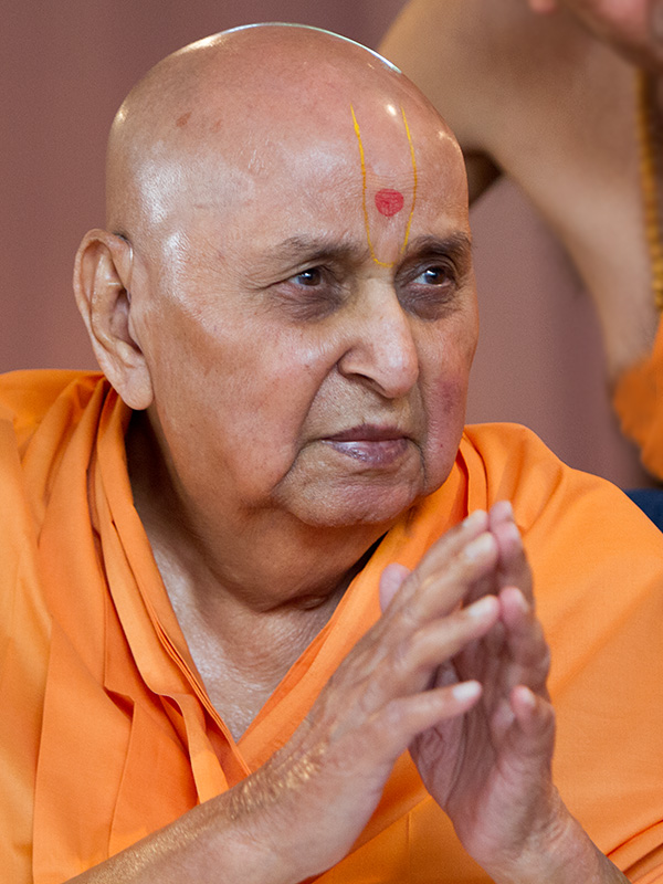 HH Pramukh Swami Maharaj arrives for Thakorji's darshan at 11:42 am
