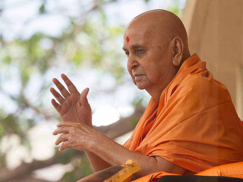 HH Pramukh Swami Maharaj arrives in balcony at 11:47 am