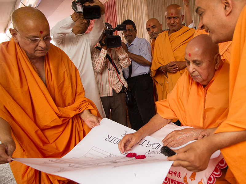 Swamishri sanctifies plans for Udaipur Mandir